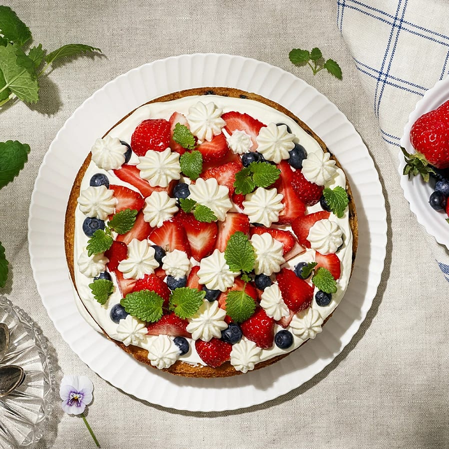 Sommartårta med apelsingrädde, blåbär och jordgubbar