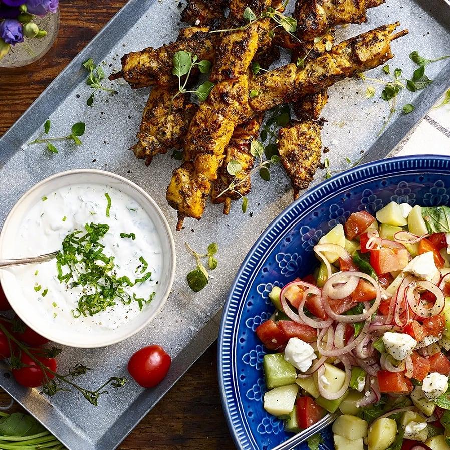 Grekiska kycklingspett med potatissallad