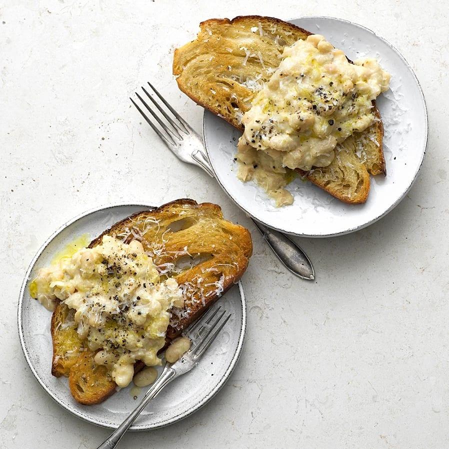 Toast med vitlöksstekta bönor och riven pecorino