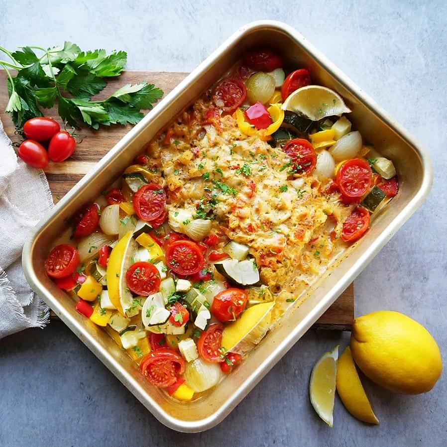 Ugnsbakad fisk med tomatsås och rostade grönsaker