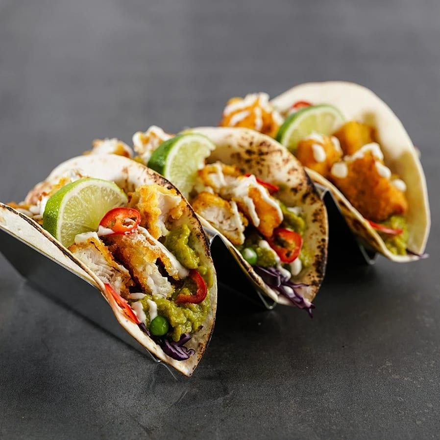 Fiskpinne tacos med chili, lime och yoghurtsås