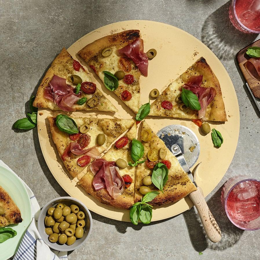 Pizza med olivkräm och prosciutto
