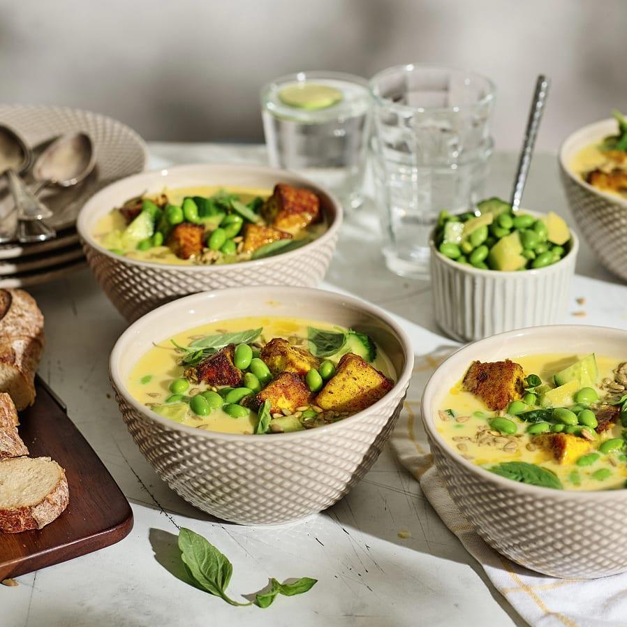 Thaisoppa med kryddig gurka och panéer