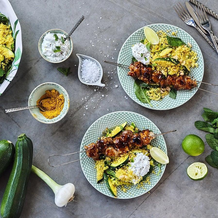 Kycklingspett med zucchinisallad och myntayoghurt