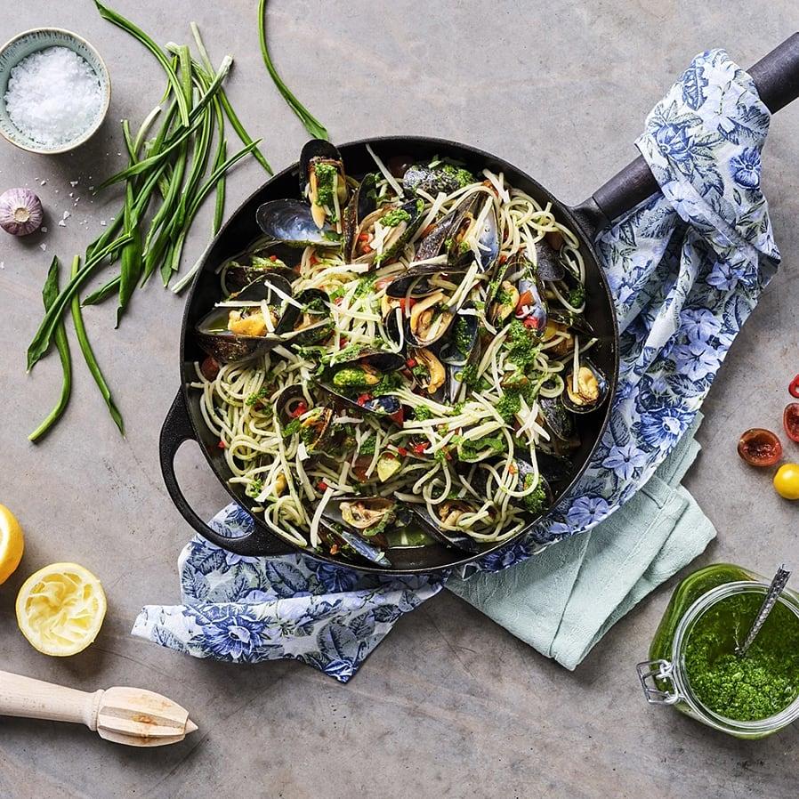 Grillade blåmusslor med pasta och gremolata