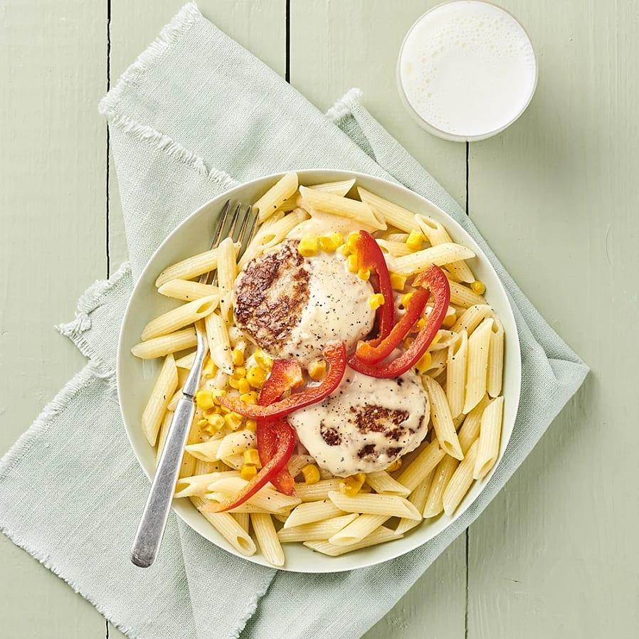 Kycklingbullar i gräddsås med pasta och majs
