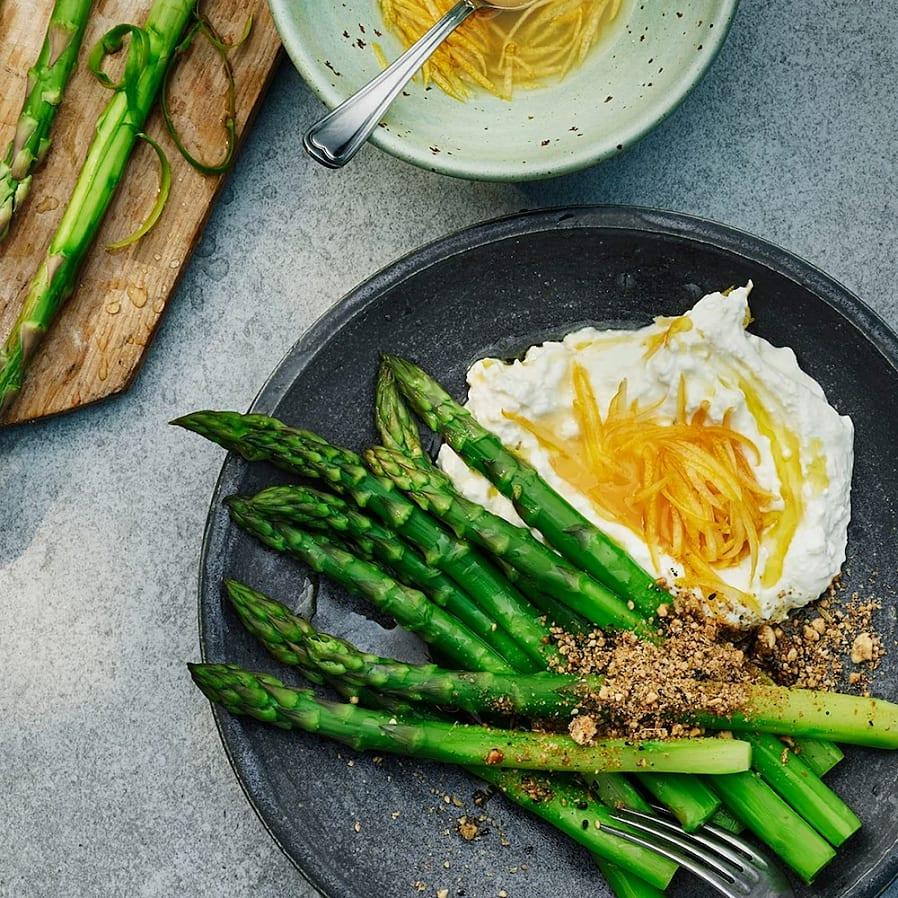 Sparris med fetaostkräm, syltad citron och dukkah