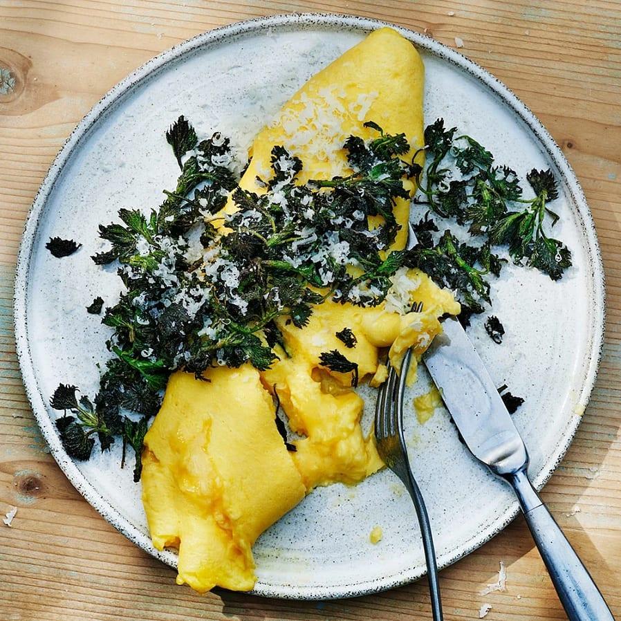 Fransk omelett med pecorino och nässlor