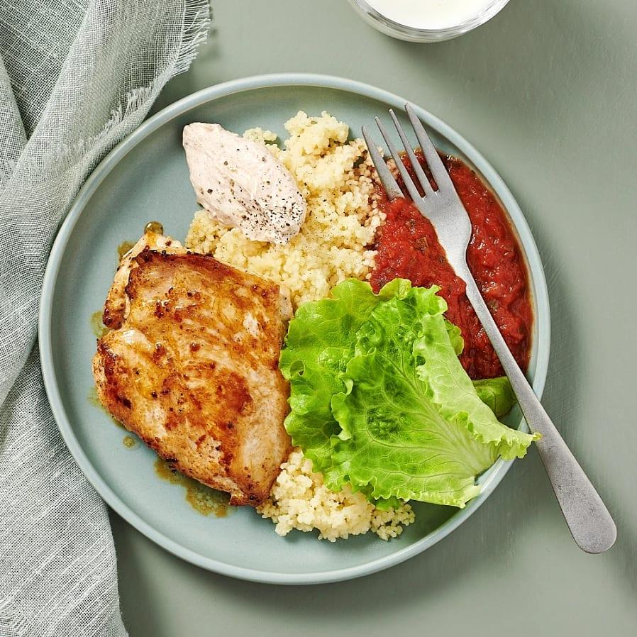 Kyckling med tomatsås och kryddig yoghurt