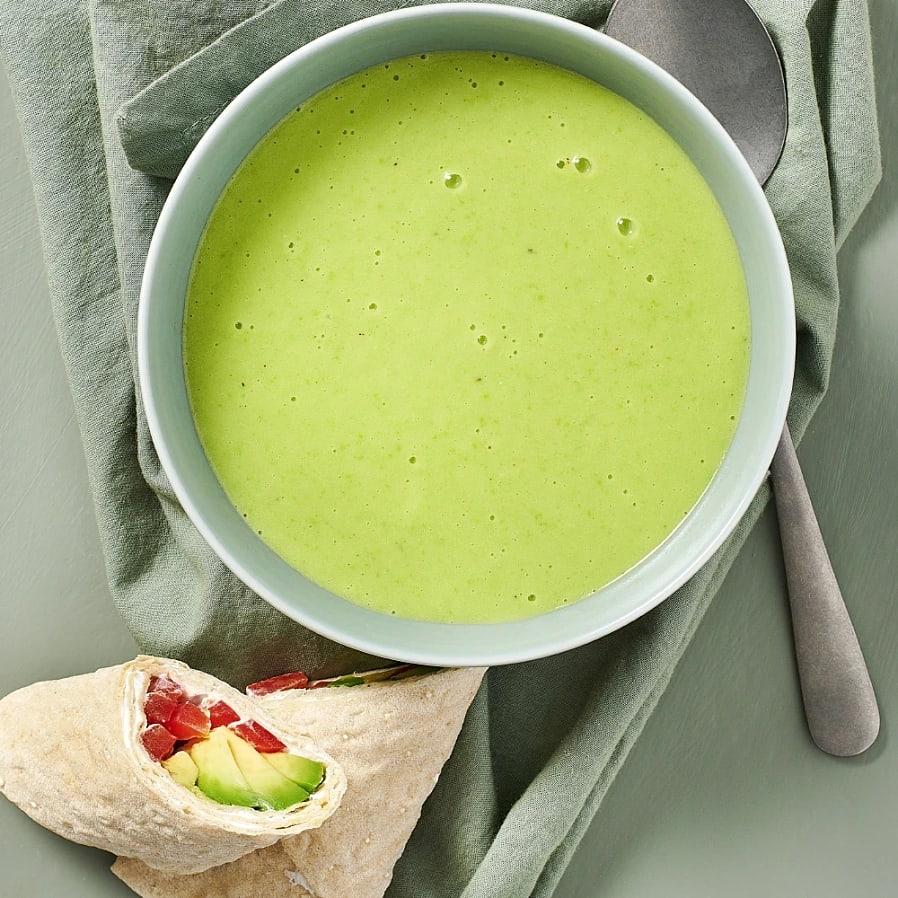 Soppa på gröna ärtor med avokadorulle