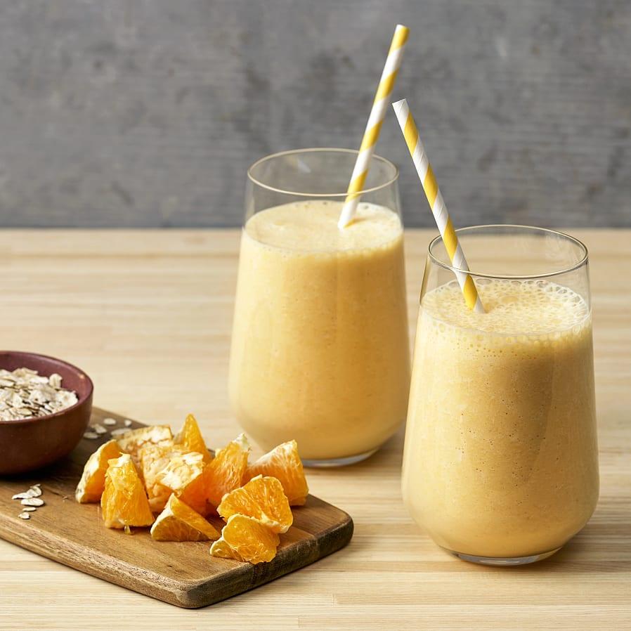 Smoothie med fryst banan, apelsin och havregryn