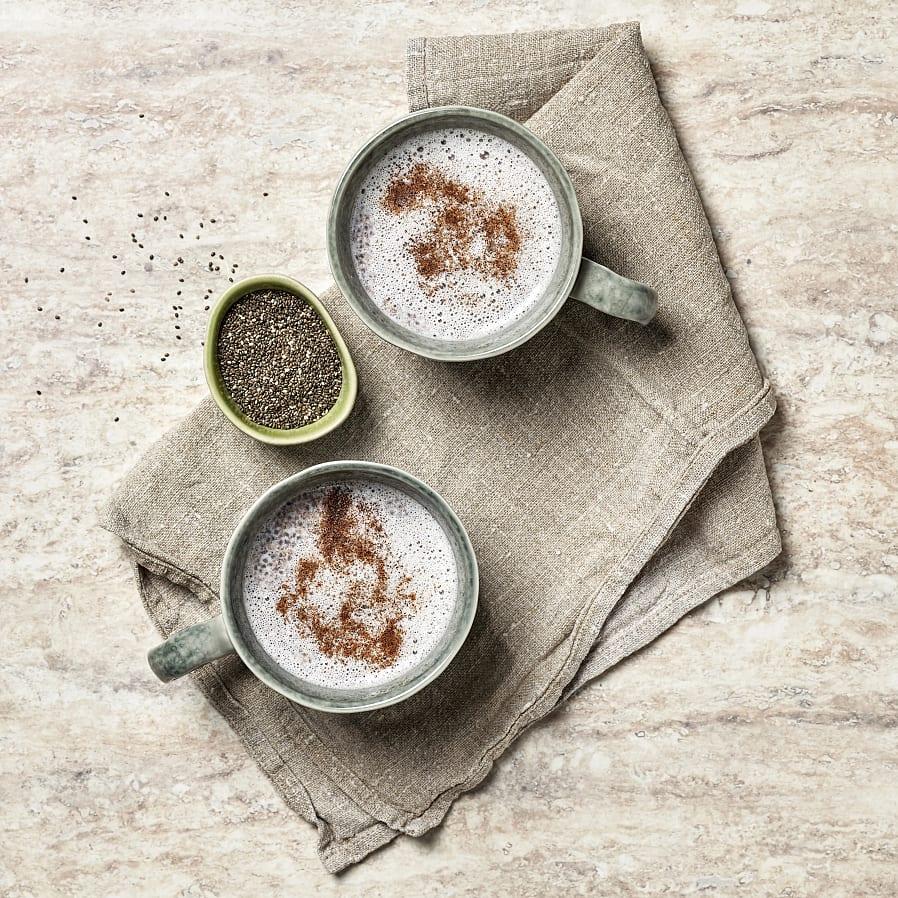 Varm kryddig mjölk med chiafrö och honung
