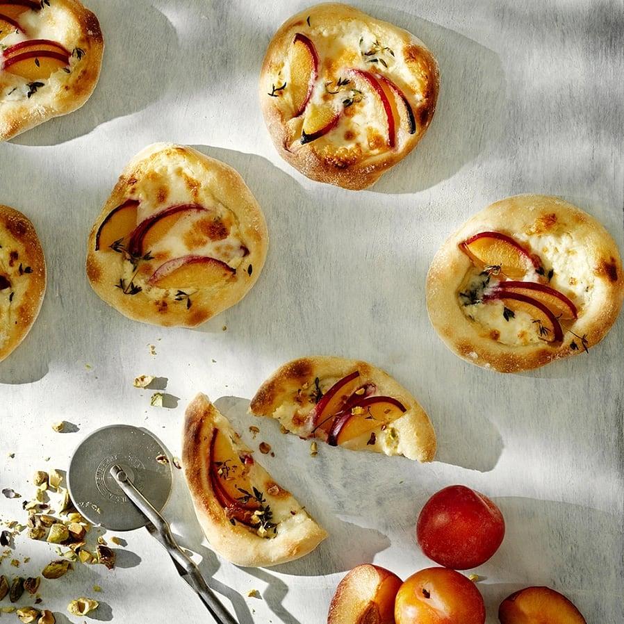 Minipizzor med plommon, taleggio och pistagenötter