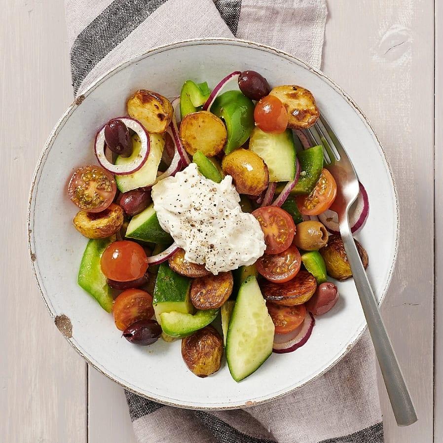 Grekisk sallad med rostad potatis och fetakräm