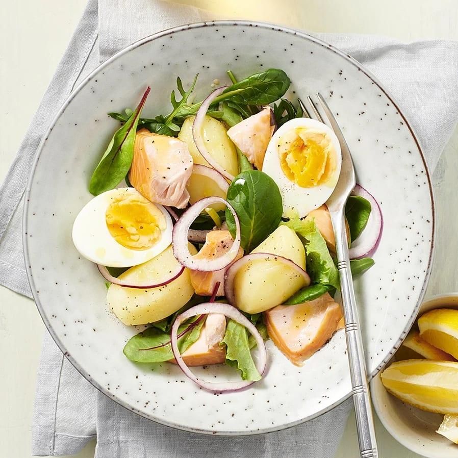 Sallad med varmrökt lax och ägg