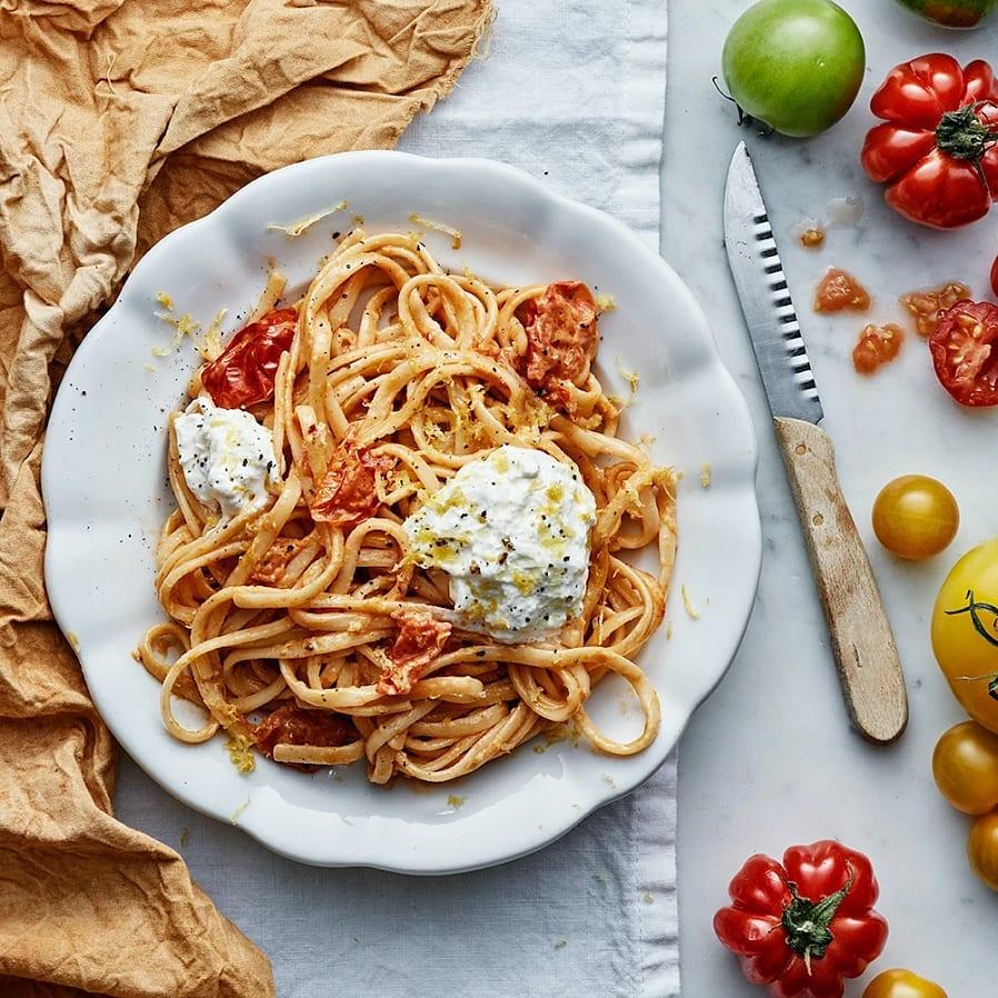 Krämig tomatpasta med citron och burrata