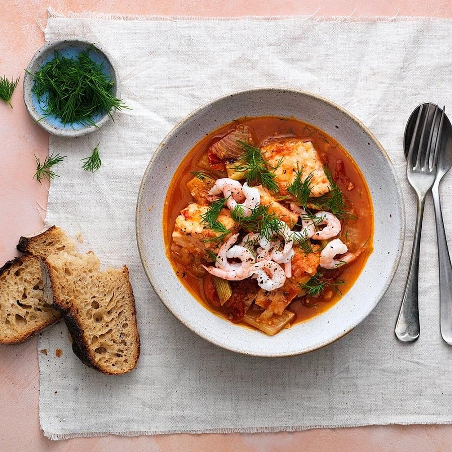Fisksoppa med tomat, fänkål och inkokt lax