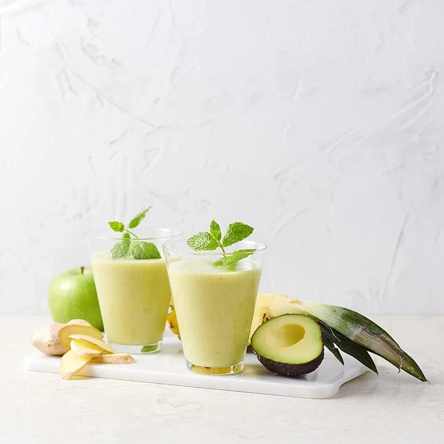 Smoothie med avokado, ananas, äpple och ingefära