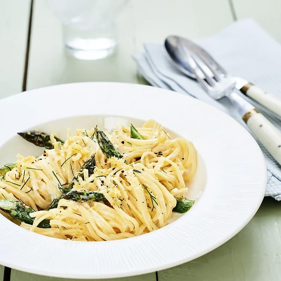 Spaghetti med sparris, dill och citron