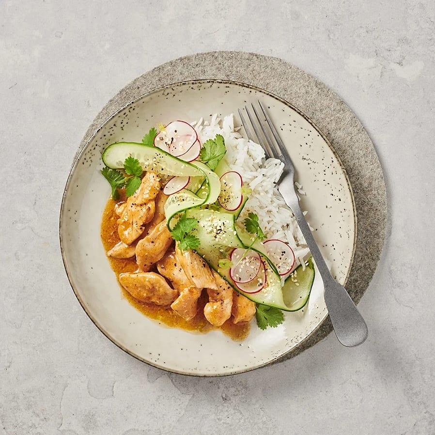 Kyckling med het currysås och gurk- och sesamsallad