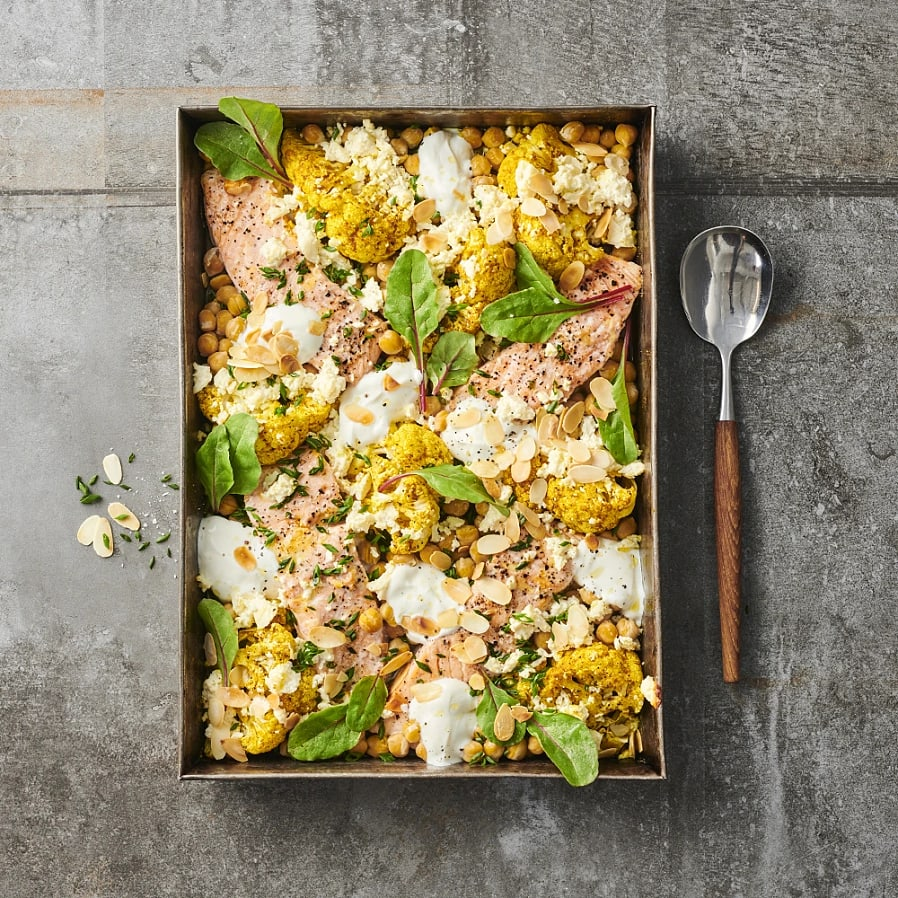 Blomkål i ugn med laxfilé, curry och smulad vitost