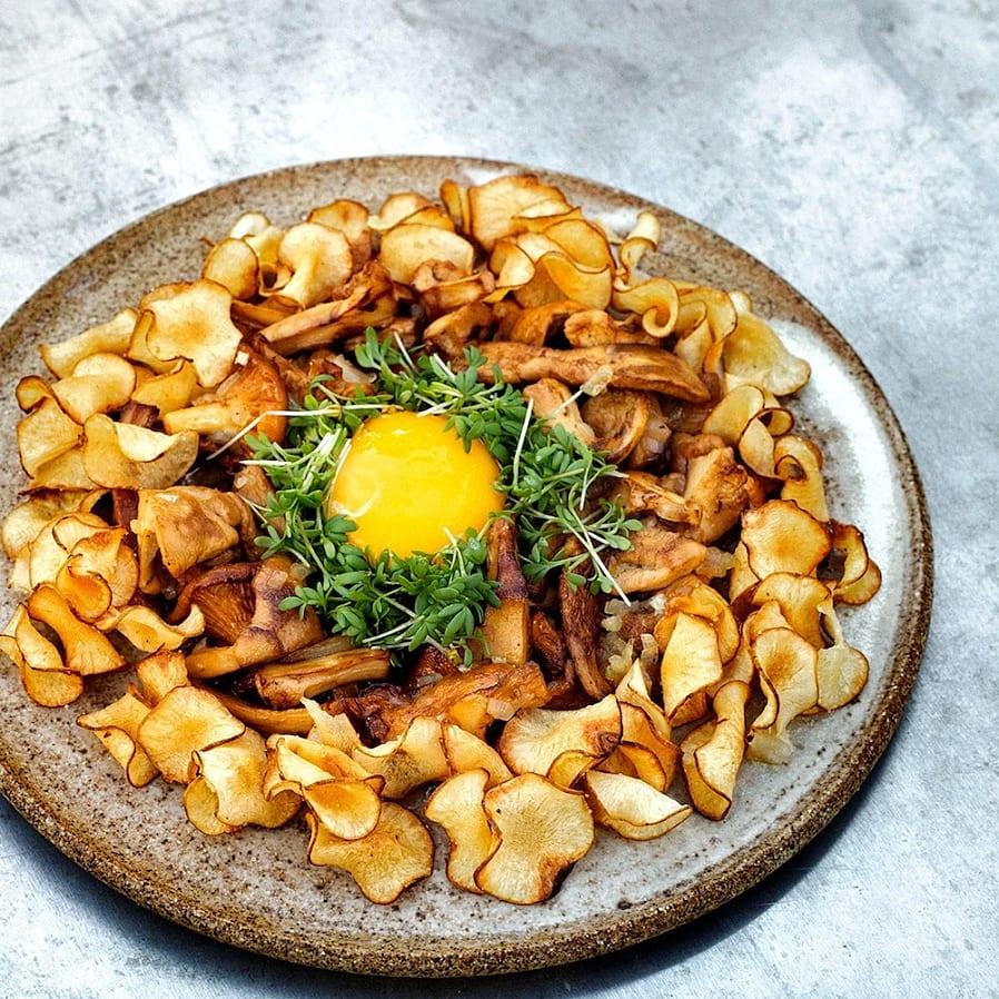 Jordärtskockschips med stekt svamp och äggula