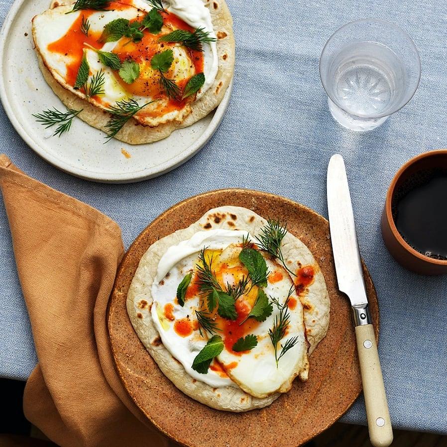 Stekpannebröd med ägg och yoghurt
