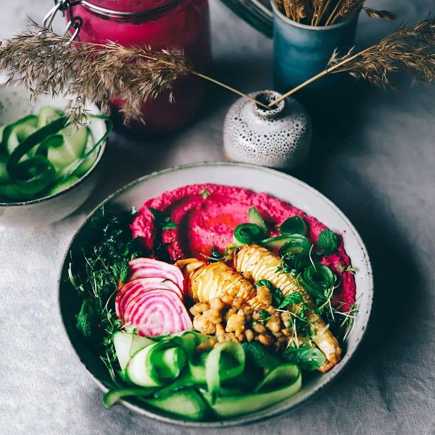 Bowl med rödbetshummus och tempeh