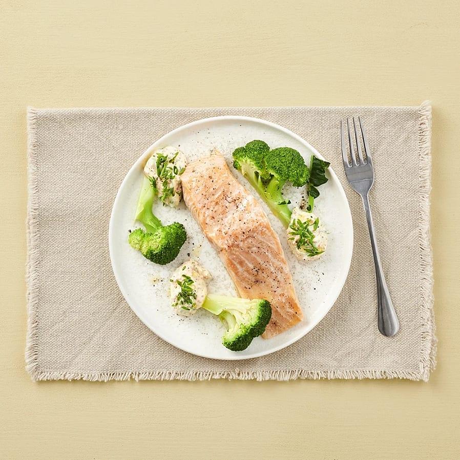 Lax i ugn med romsås och broccoli