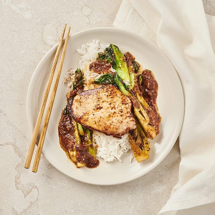Stekt fläskkotlett med plommonsås och pak choi