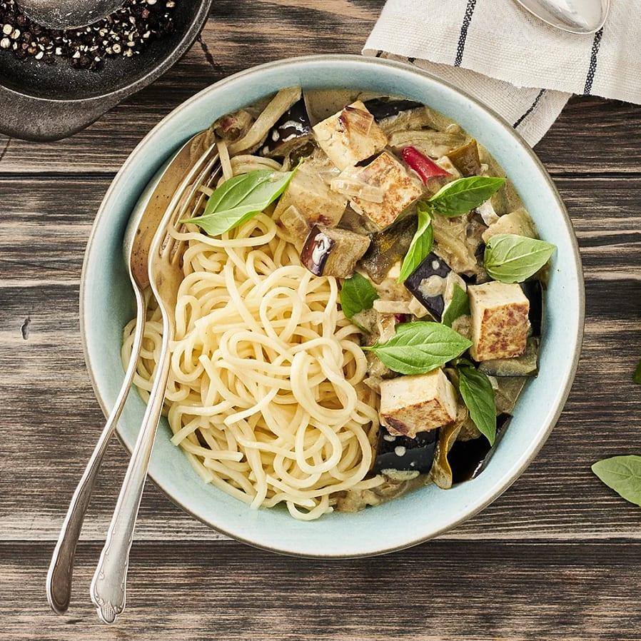 Gryta med grön curry, tofu och nudlar
