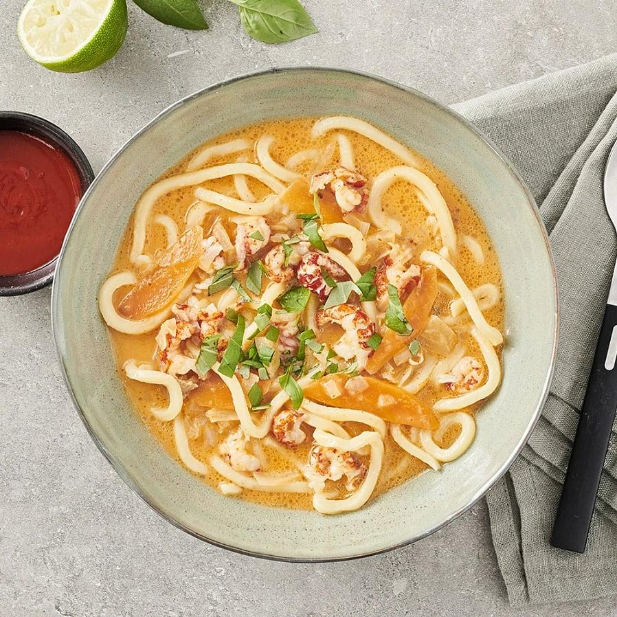 Röd currysoppa med nudlar och kräftor