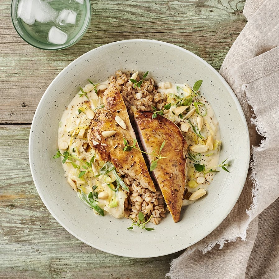 Kyckling med krämig spetskål och mandel