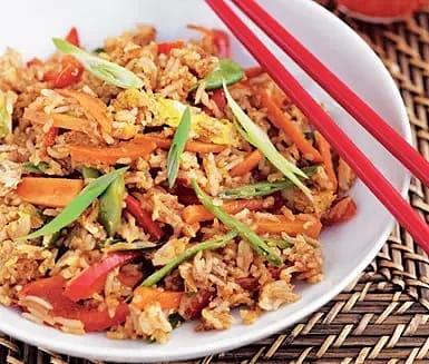 Fried rice med grönsaker och ägg