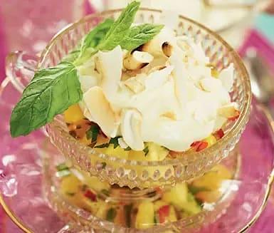 Exotisk fruktsallad med söt limekräm