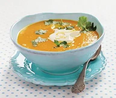 Kryddig morotssoppa med apelsinkräm