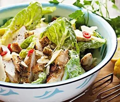 Caesarsallad med chilimarinerad kyckling