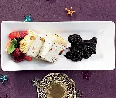 Punschparfait med mandeltäcke och rårörda blåbär