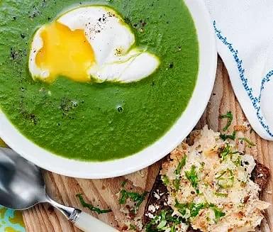 Grönkålssoppa med pocherat ägg och smörrebröd