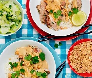Kyckling satay med jordnötssås och syrliga grönsaksstrimlor