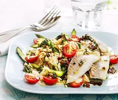 Ugnsbakad torsk med sparris, tomat och basilika