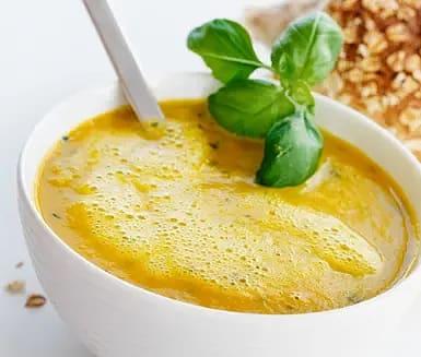 Morotssoppa med apelsin och basilika