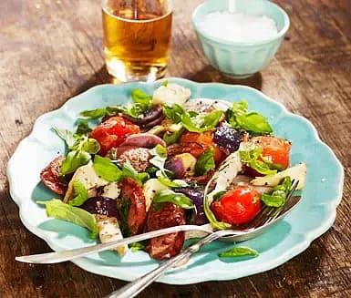 Ljummen tomat- och salsicciasallad till grillad kycklingfilé