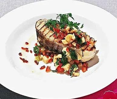Grillad torsk med tomat- och baconsallad