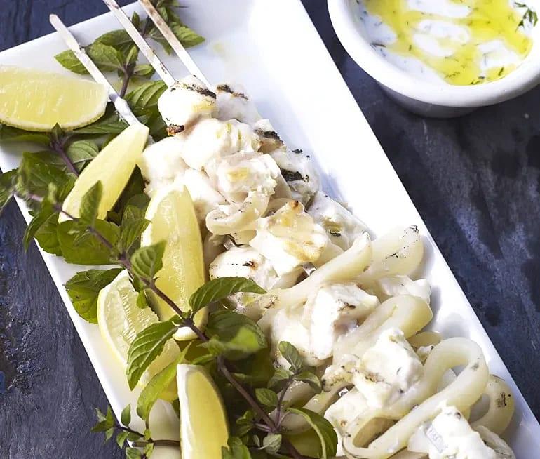 Grillspett med hälleflundra och bläckfisk