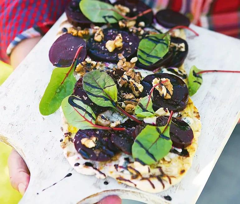 Rödbetspizza med ädelost och valnötter