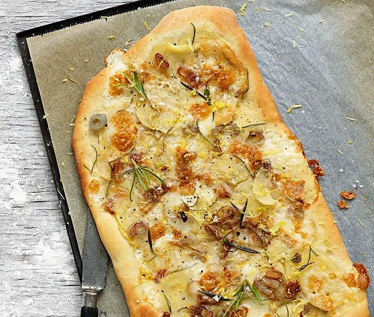 Palsternackspizza med taleggio och schalottenlök