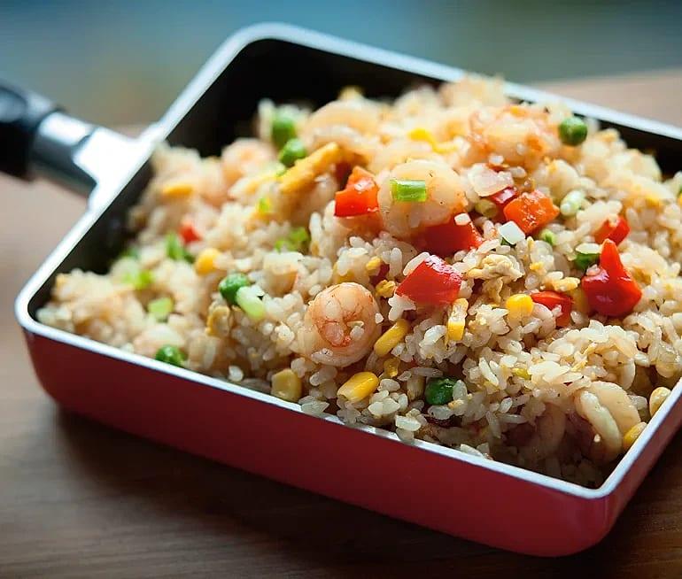 Wokat ris med räkor och ägg