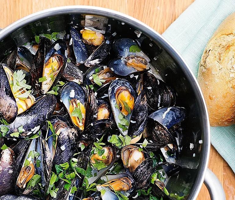 Klassiska vinkokta musslor