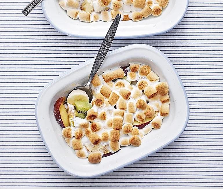 Marshmallowsgratinerad frukt
